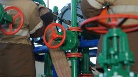 De close-uparbeiders bevestigen Kabels bij de Groene en Rode Pijpbouw stock video