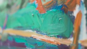 De close-upborstel schildert olie op canvas stock footage