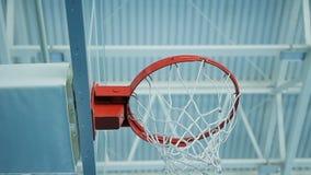 De close-upcamera roteert onder Basketbalhoepel in Gymnastiek wordt gevestigd die stock video