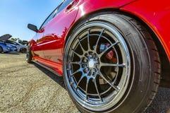 De close-upfoto's van rode auto met chroom rijden randen stock afbeelding
