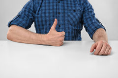 De close-uphanden van mens het tonen beduimelt omhoog Het gebaar van de hand Royalty-vrije Stock Afbeelding