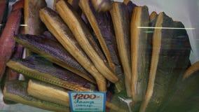 De close-uphanden zet de gerookte gezouten heilbot van Groenland in winkelvenster bij vissenwinkel stock videobeelden