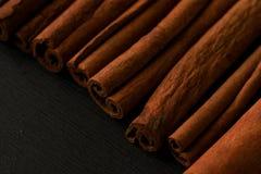 De close-upmacro van de pijpjes kaneel donkere foto Stock Foto's