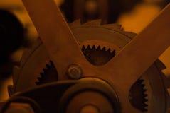 De close-upmening van motor past wielen aan Stock Afbeelding