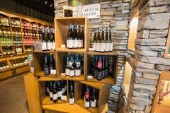 De close-upmening van Nice van diverse heerlijke wijn op houten plank ` s tegen steenmuur binnen wijnopslag Royalty-vrije Stock Foto's