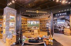 De close-upmening van Nice van diverse wijn op houten plank ` s binnen wijnopslag in Toronto onderaan stadsgebied Stock Foto's