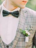 De close-upmening van weinig boutonniere op het jasje van de bruidegom royalty-vrije stock afbeeldingen