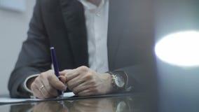 De close-upmens in Kostuum met Keurige Handen houdt Blauwe Pen stock video