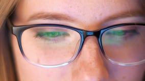 De close-upogen in spartacles die het groene scherm bekijken terwijl in glazen wordt nagedacht, mooi Kaukasisch slim blonde is stock footage