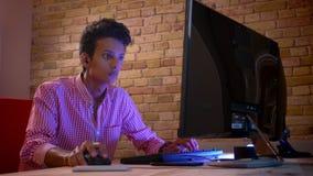 De close-upspruit van jong Indisch aantrekkelijk mannetje in vibes die videospelletjes op spelen verwerkt het winnen en het viere stock footage