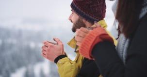De de close-upvrouw en kerel in verbazende plaats in het midden van berg, het drinken hete thee van ijzerkop en bewonderen stock footage