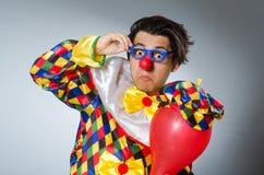 De clown met ballons in grappig concept Stock Foto's