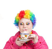 De Clown van de regenboog met kop thee Stock Afbeeldingen