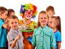 De clown van het verjaardagskind het spelen met kinderen De jong geitjevakantie koekt feest Royalty-vrije Stock Foto's
