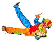 De clown van het verjaardagskind met cake die op vloerduim omhoog liggen Royalty-vrije Stock Afbeelding