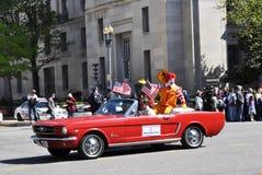De clowns in Kers komen Parade tot bloei. Stock Fotografie
