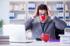 De clownzakenman met spaarvarken die boekhouding doen Stock Fotografie