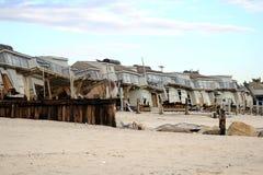De Club van het strand door zandige die orkaan wordt vernietigd Royalty-vrije Stock Afbeeldingen