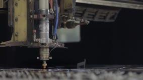 De CNC laser sneed machine terwijl het snijden van het bladmetaal met het vonkende licht Het scherpe proces van het hallo-precisi stock footage