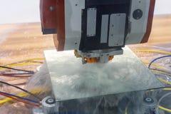 De CNC machine voor glasverwerking poetst het facet op de ronde spiegel op Cirkelpanning van het recht op de linkerzijde royalty-vrije stock foto