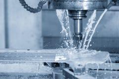 De CNC malenmachine die het deel snijden die het koelmiddel gebruiken royalty-vrije stock foto's