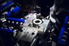 De CNC malenmachine die de steekproef snijden stock afbeelding