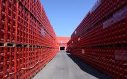 De coca-colaflessen in fabriek kunnen 31, 2016 Sofia, Bulgarije Royalty-vrije Stock Foto