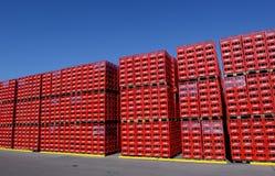 De coca-colaflessen in fabriek kunnen 31, 2016 Sofia, Bulgarije Stock Fotografie
