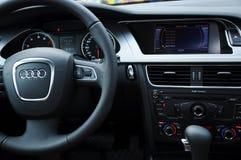 De cockpit en het stuurwiel van Audi a4 stock foto's