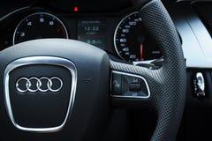 De cockpit en het stuurwiel van Audi a4 stock fotografie