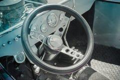 De cockpit van de bestuurder van een klassieke auto Stock Foto's