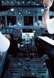 De Cockpit van het lijnvliegtuig met Loodsen stock afbeeldingen