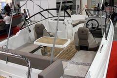 De cockpitbinnenland van bootjeanneau GLB Camarat bij Internationale 10 Royalty-vrije Stock Foto