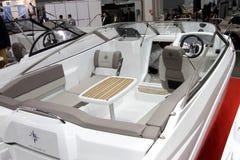 De cockpitbinnenland van bootjeanneau GLB Camarat bij Internationale 10 Stock Afbeeldingen