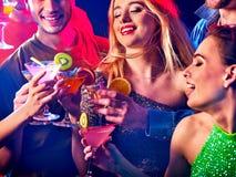 De cocktail party met groepsmensen die en drinkt cocktail dansen Stock Foto