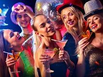 De cocktail party met groepsmensen die en drinkt cocktail dansen Royalty-vrije Stock Afbeelding