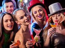 De cocktail party met groepsmensen die en drinkt cocktail dansen Stock Foto's