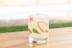 De cocktail van aardbeimojito door een pool in openlucht stock fotografie