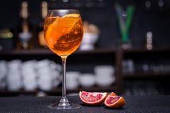 De Cocktail van Aperolspritz op de bar Stock Foto