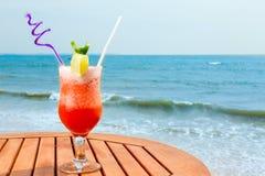 De cocktail van banaandaiquiri met ijs op de lijst stock afbeeldingen