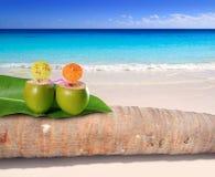De cocktail van de kokosnoot in turkoois Caraïbisch strand Stock Foto's