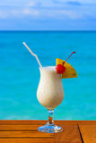De cocktail van de melk op lijst bij strandkoffie Stock Foto