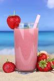 De cocktail van het aardbei smoothie vruchtensap met aardbeienfruit stock afbeeldingen