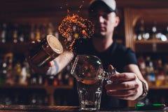 De cocktail van het brandijs met munt en kaneel stock afbeelding