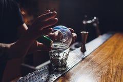 De cocktail van het brandijs met munt en kaneel stock foto's