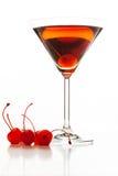 De cocktail van Manhattan met een kers wordt versierd die Stock Afbeelding