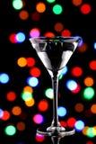 De cocktail van martini met Kerstmislichten Royalty-vrije Stock Afbeeldingen