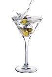 De cocktail van martini met olijven en plons royalty-vrije stock afbeelding