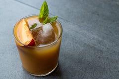De Cocktail van de perzikbourbon met Perzikplak, Muntbladeren en Ijs royalty-vrije stock fotografie
