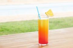 De cocktail van San Francisco door een pool in openlucht stock foto's